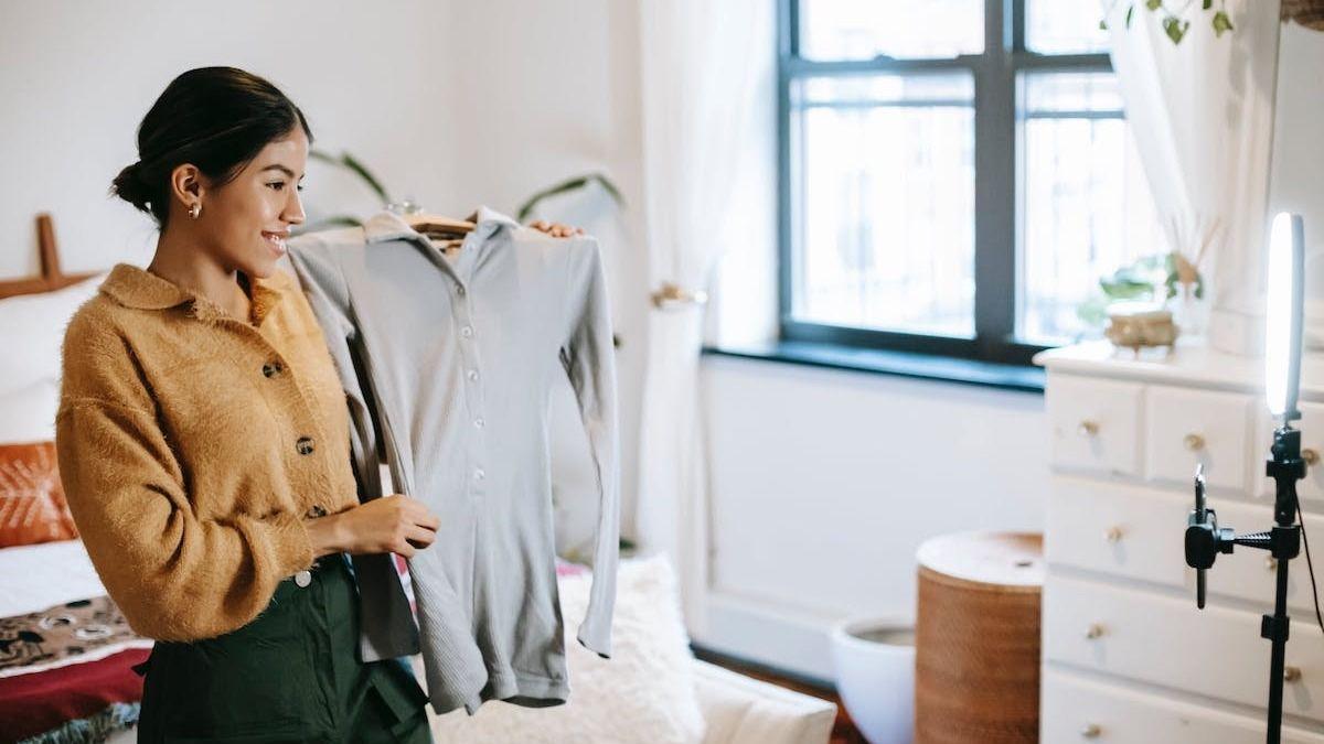 shoppable livestream influencer showing off a shirt